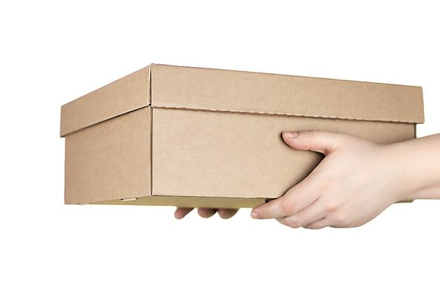 宅配便であなたの家への注文の白い背景で隔離の手の大きな段ボール箱