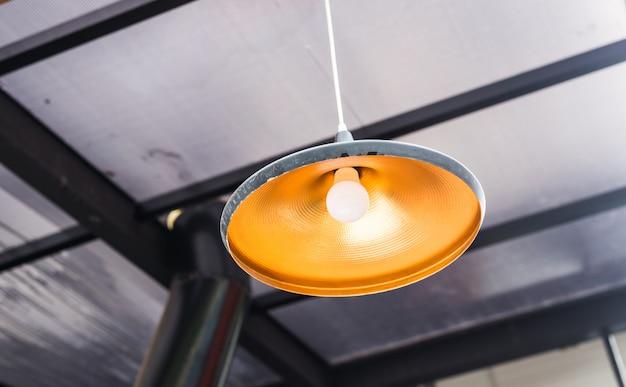 Большая люстра лампы в кафе