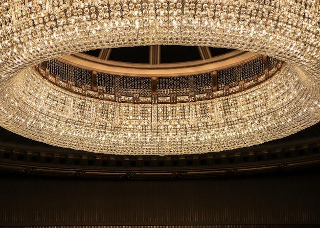 Большая круглая стеклянная лампа с черной комнатой