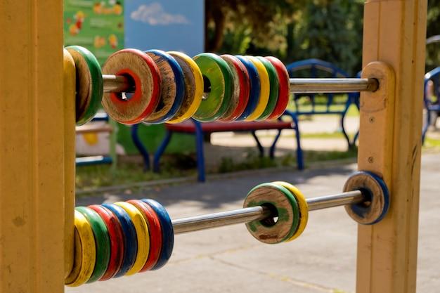 大きな色の子供用そろばん、木製リング。閉じる。