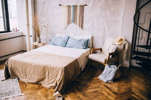 Большая удобная кровать в светлом уютном номере