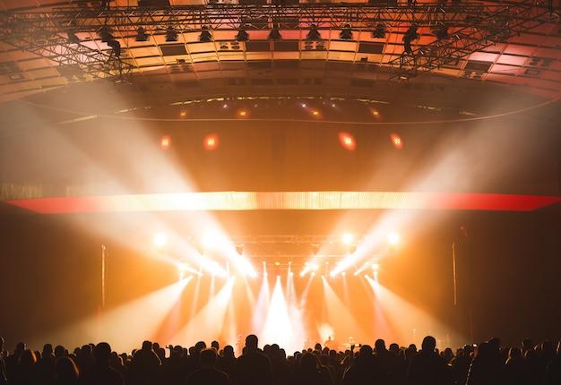 ステージ前は観客で賑わう大コンサートホール