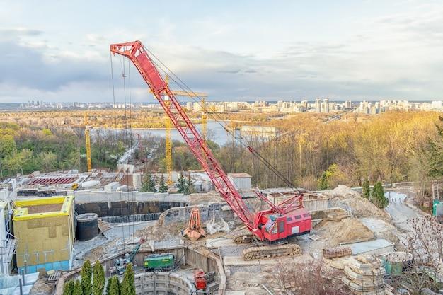 우크라이나 키예프의 대형 건설 현장에는 크레인과 장비가 있습니다.