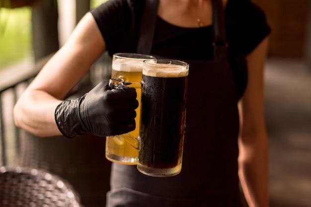 Большое крафтовое темное пиво в разливе в меню кафе или паба.