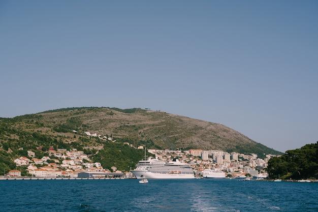 クロアチア沖の桟橋の水上にある大型クルーズ船