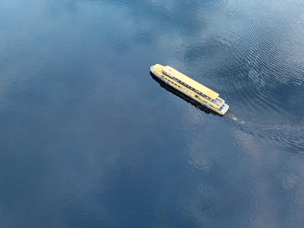 Большой круизный корабль плывет по морю, океану или реке, вид сверху. фото дрона