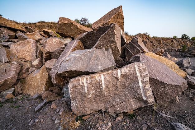 採石場近くの石材の大量の堆積物