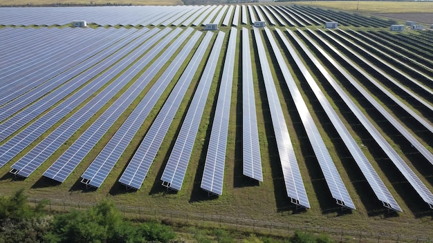 Большое поле солнечных батарей под открытым солнечным небом. электростанция, солнечная энергия.