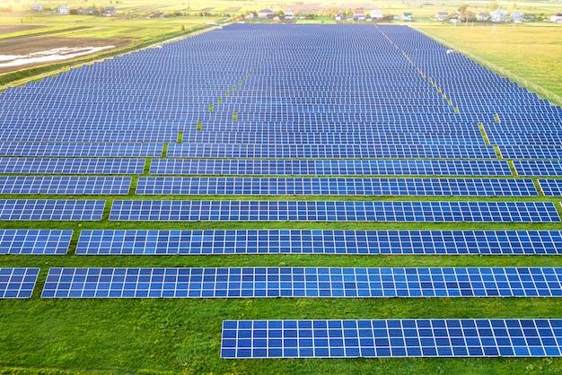 再生可能なクリーンエネルギーを生産する太陽光パネルの広い分野
