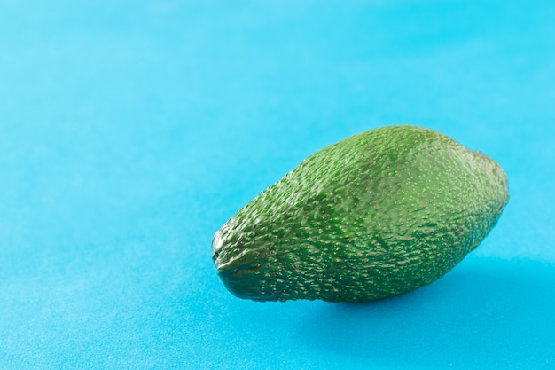 파란색 배경에 잘 익은 아보카도의 큰 과일. 맛있는 열대 야채.