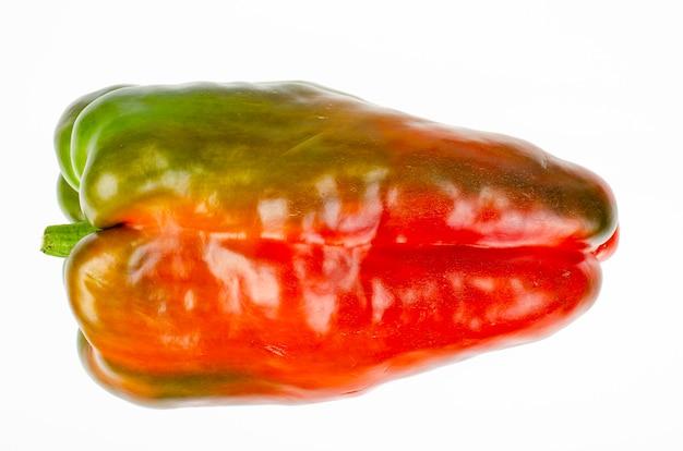 Большие плоды сладкого болгарского перца, изолированные на белом фоне. студийное фото.