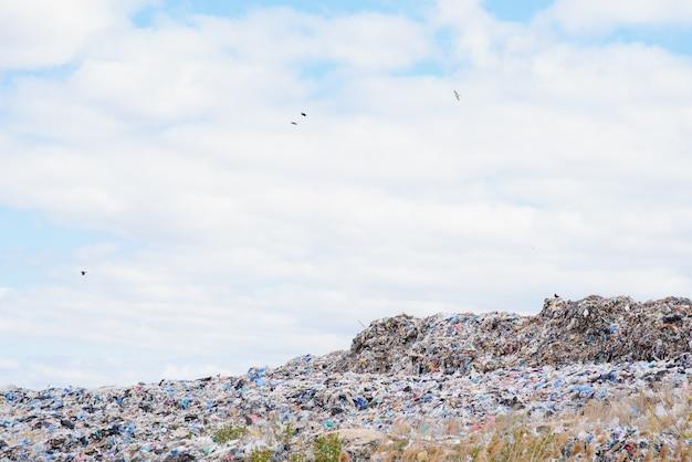 Большая куча мусора, изолированные на белом фоне, глобальное потепление