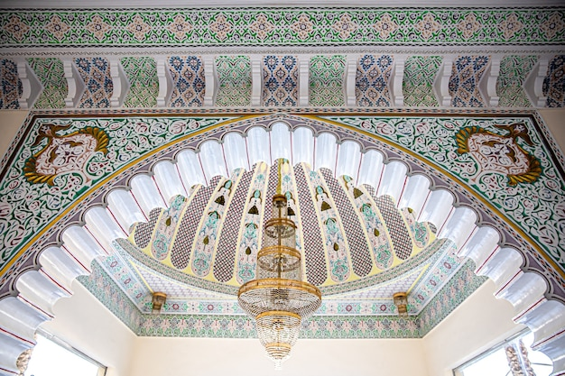 이슬람 전통 종교 장식으로 잡색 천장에 큰 황금 샹들리에