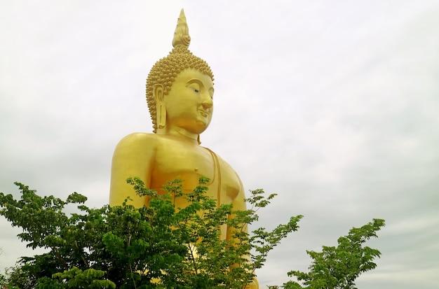 タイ、アントン県、ワットムアン寺院の大きな黄金の座仏像