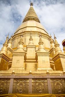 空の背景を持つ大きな黄金の寺院、名前はPhra Maha Chedi Srivang Chai、Lamphun、Th