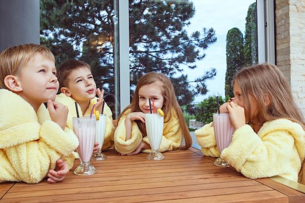 Grande gruppo di amici che prendono tempo goog con cocktail al latte