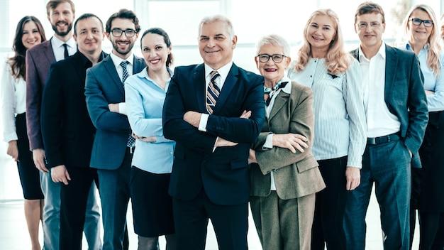 Большая группа разнообразных деловых людей смотрит вверх. фото с копией пространства
