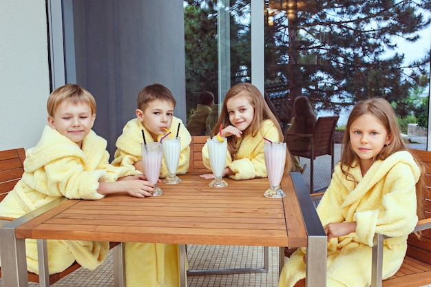 ミルクカクテルで楽しい時間を過ごしている友人の大規模なグループ。