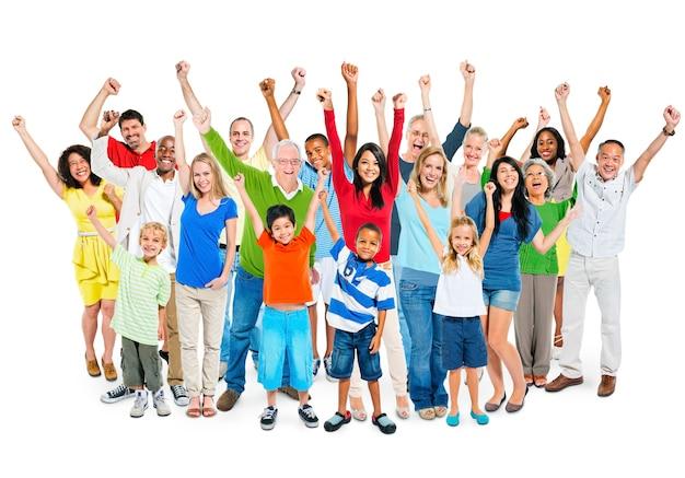 多民族の多様な年齢の人々の大グループは、手を挙げて祝った。