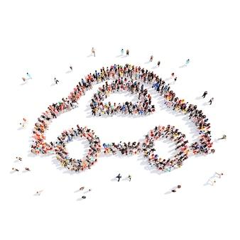 子供用の車の形をした大勢の人々。孤立した、白い背景。