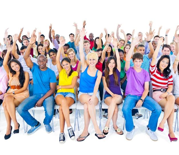 Большая группа людей разных возрастов и национальностей
