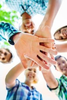 함께 머물고 파란색 배경에 고립 된 카메라를보고 웃는 친구들의 큰 그룹