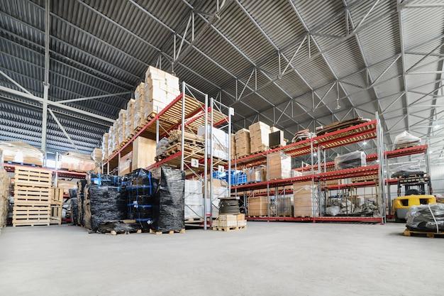 大規模な格納庫倉庫の産業およびロジスティクス企業。床に倉庫を置き、高い棚と呼ばれます。
