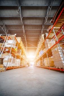 Большой ангарный склад логистических компаний. складские помещения на полу и называются высокими полками. тонирование изображения.