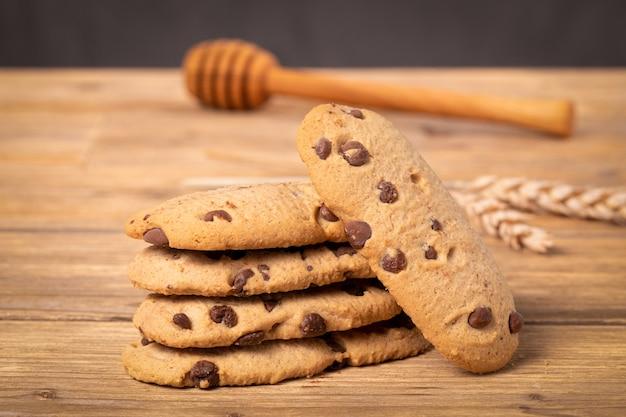木製のテーブルの上のチョコレートチップクッキーの大きな画像