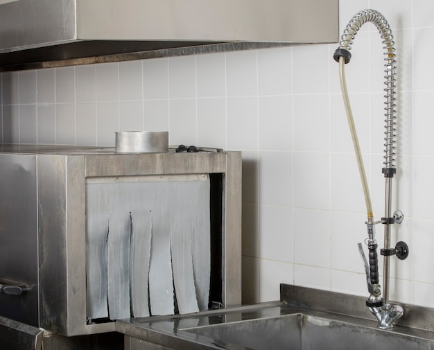 Большая промышленная кухонная посудомоечная машина и раковина из нержавеющей стали