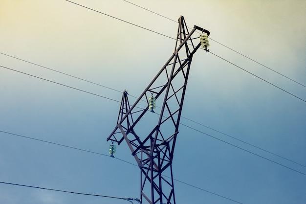 Большие железные столбы для электричества