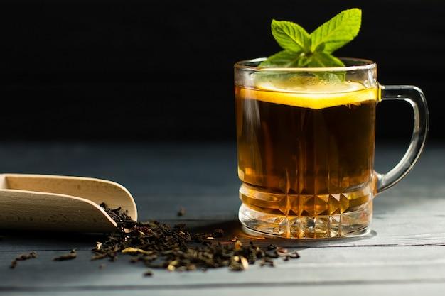 ミントとレモンが入った大きな葉の紅茶。