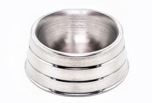Большая металлическая миска для домашних животных, большая тарелка для корма для домашних животных на изолированной белой предпосылке.