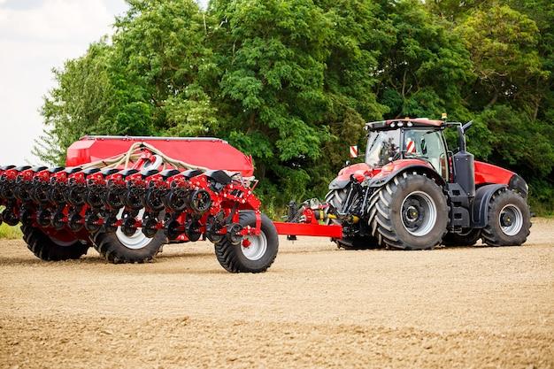 겨울 후에 곡물을 파종하기 위해 들판을 준비하기 위한 대형 현대식 트랙터. 농업 기계