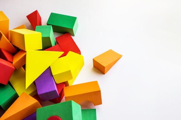 Большие разноцветные детские блоки-конструкторы для строительства домов и построек различной формы.