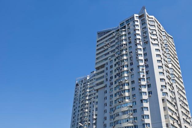 Большое многоэтажное здание на голубом небе