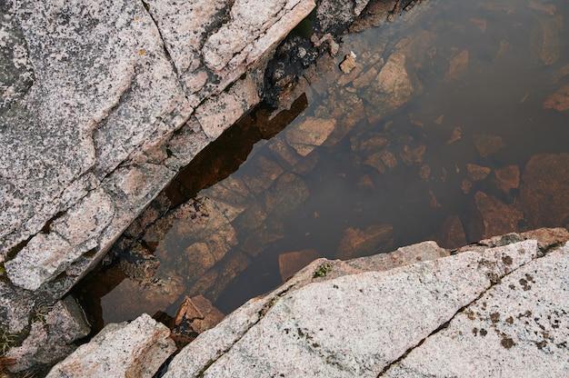 流れる小川を渡る大きな自然の飛び石川湖の運河静かで静かなリラックスできる屋外散歩ハイキング探検旅行