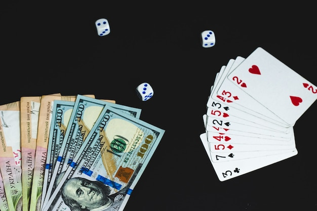 검정색 배경에 큰 지폐 달러와 그리브냐