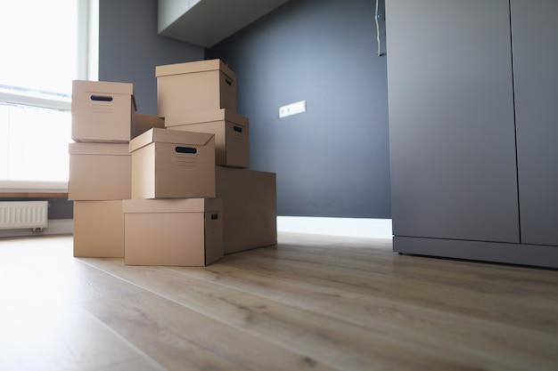 많은 수의 판지 상자가 방에 있습니다.