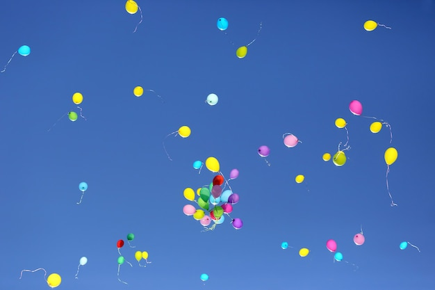 푸른 하늘에 대 한 다채로운 풍선의 많은