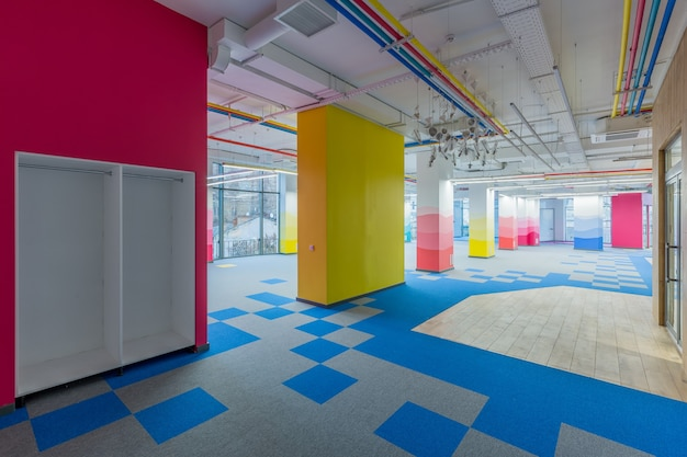 家具の付いていない色の壁のモダンなスタイルの大きなオフィス センター