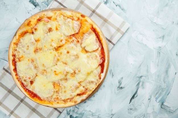 Большая запеченная в духовке пицца из 4 сыров с моцареллой и голубым сыром с плесенью на деревянной доске. итальянская кухня