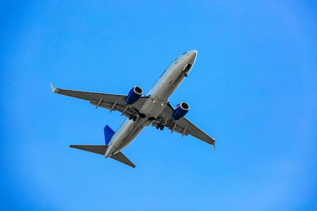 Большой пассажирский самолет, летящий в синем небе
