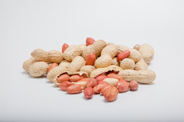 大きな皮をむいたピーナッツのクローズアップの豆の殻。皮をむいたピーナッツ。背景やテクスチャのピーナッツ。成長する有機タンパク質。