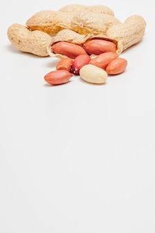殻の中の豆の大きな皮をむいたピーナッツのクローズアップ。殻付きのピーナッツ。ピーナッツ、背景またはテクスチャ用。有機タンパク質を育てる。