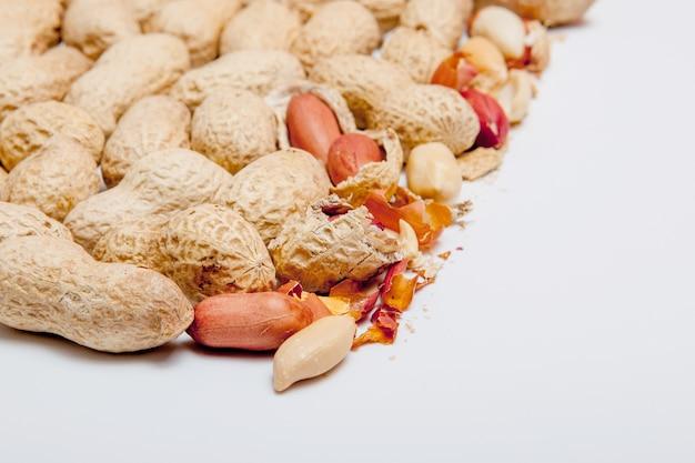 Крупный очищенный арахис крупным планом фасоли в скорлупе