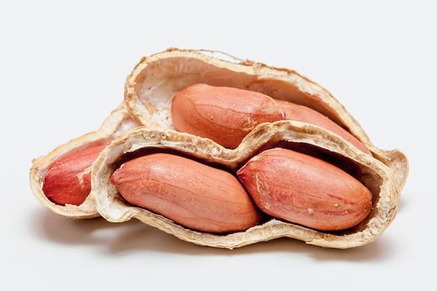 殻の中の豆の大きな皮をむいたピーナッツのクローズアップ