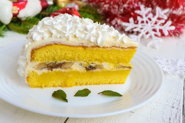 エアクリームを飾る繊細なスポンジケーキの大きな部分。お祝いのデザート