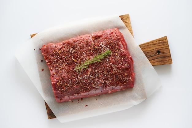 Большой кусок мяса со специями
