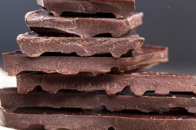 Большие кусочки горького шоколада